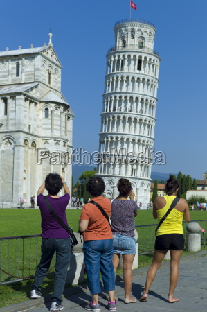touristen fotografieren der schiefe turm von