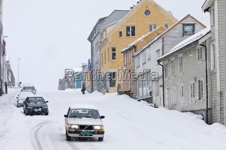 volvo mit winterreifen bei schnee in