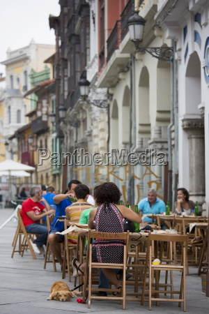 diners at sidreria in calle san