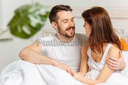 junge erwachsene heterosexuelle paare die auf