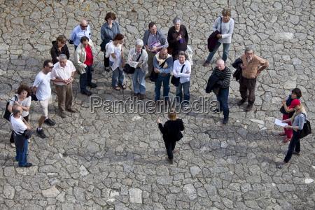 touristen hoeren reiseleiter in uriger strasse
