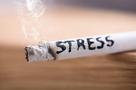stress wort auf brennende zigarette