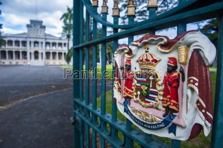royal signs before the iolani palace