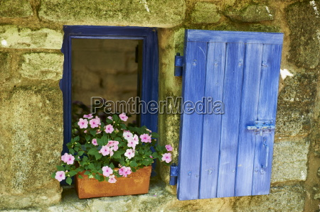 detail of windowbox and shutters saignon