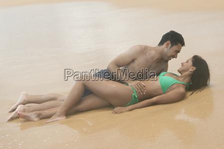 hispanisch romantisches paar auf dem sand