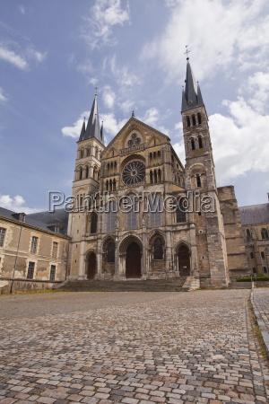 basilique saint remi in the city