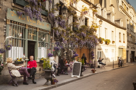 people outside a cafe on ile