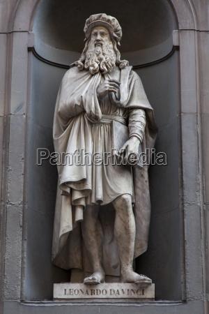 statue von leonardo da vinci in