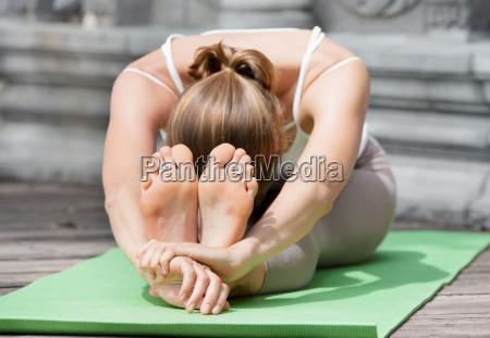 junge frau macht yoga in verlassenen