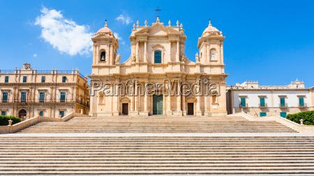 vorderansicht der kathedrale noto in sizilien