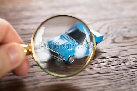 person die ein auto modell prueft