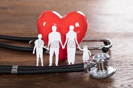 krankenversicherung konzept auf hoelzernem schreibtisch