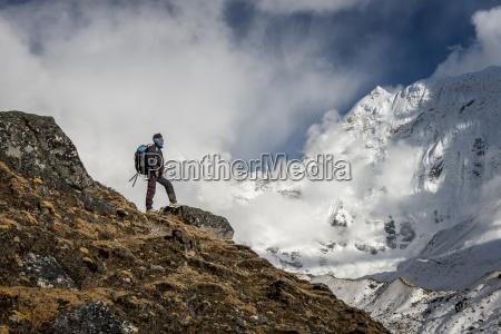 nepal khumbu everest region trekking looking