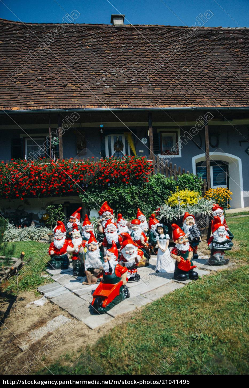 gruppe, von, gartenzwergen, vor, österreichischem, bauernhaus - 21041495
