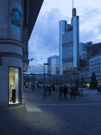 deutschland hessen frankfurt einkaufsstrasse und commerzbank