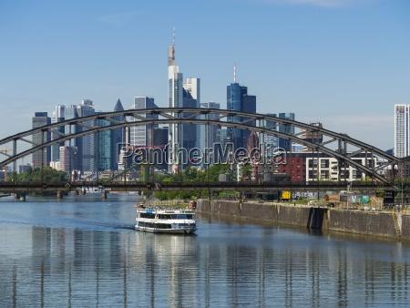 deutschland, hessen, frankfurt, deutschherrnbrücke, ausflugsschiff, finanzviertel, im, hintergrund - 21042971