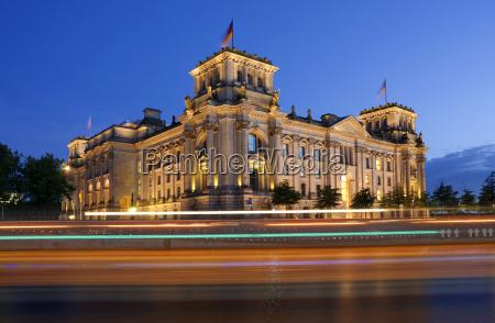 deutschland berlin ansicht des belichteten parlamentsgebaeudes