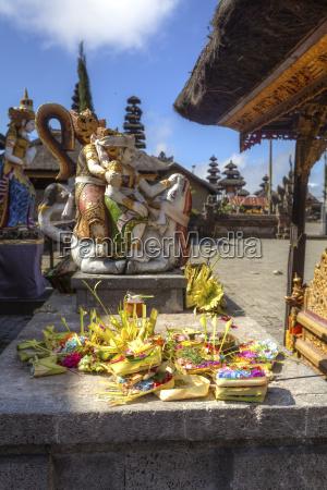 indonesia statue in pura ulun danu