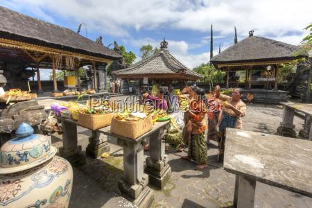 indonesia people praying in pura penataran