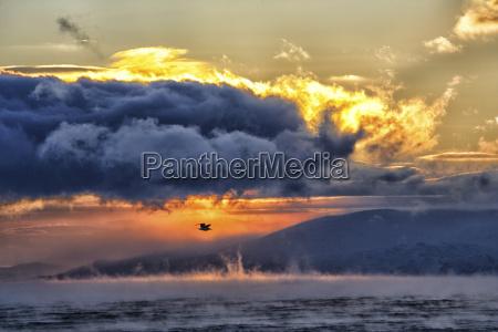 arktischer ozean wolken ueber der barentssee