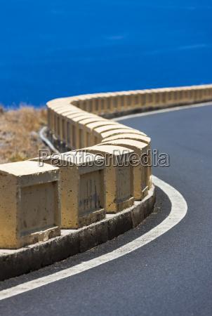 spanien strassengrenze eines curvy berges