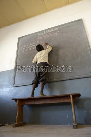 madagaskar fianarantsoa u200bu200bschuelerschreiben auf tafel