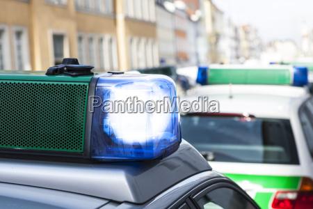 deutschland bayern landshut polizeiwagen mit blauem