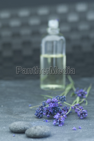 olio di lavanda in una bottiglia