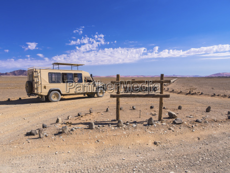 namibia hardap fahrzeug auf feldweg und