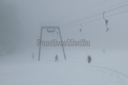 deutschland bayern skilift im nebel bei