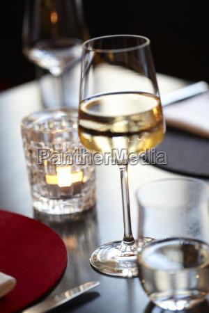 weissweinglas im restaurant