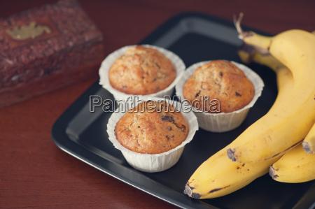 bananenmuffins mit nuss und schokoladenschieber auf