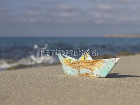spanien formentera kleines papier boot gefaltet