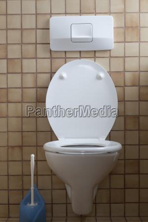 deutschland innenraum der toilette mit toilettenbuerste