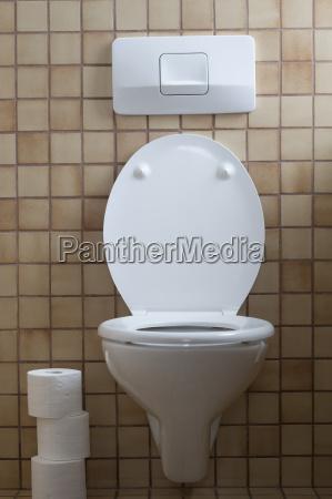 deutschland innenraum der toilette mit tissuepapier