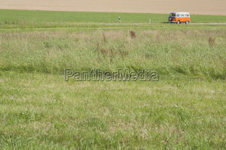 deutschland bayern campingbus auf landschaftlich verschoenerter