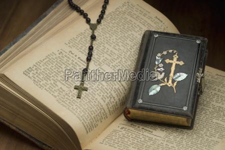 oeffnen sie die bibel mit rosenkranz