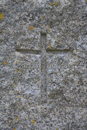 symbol des christentums in granit geschnitzt