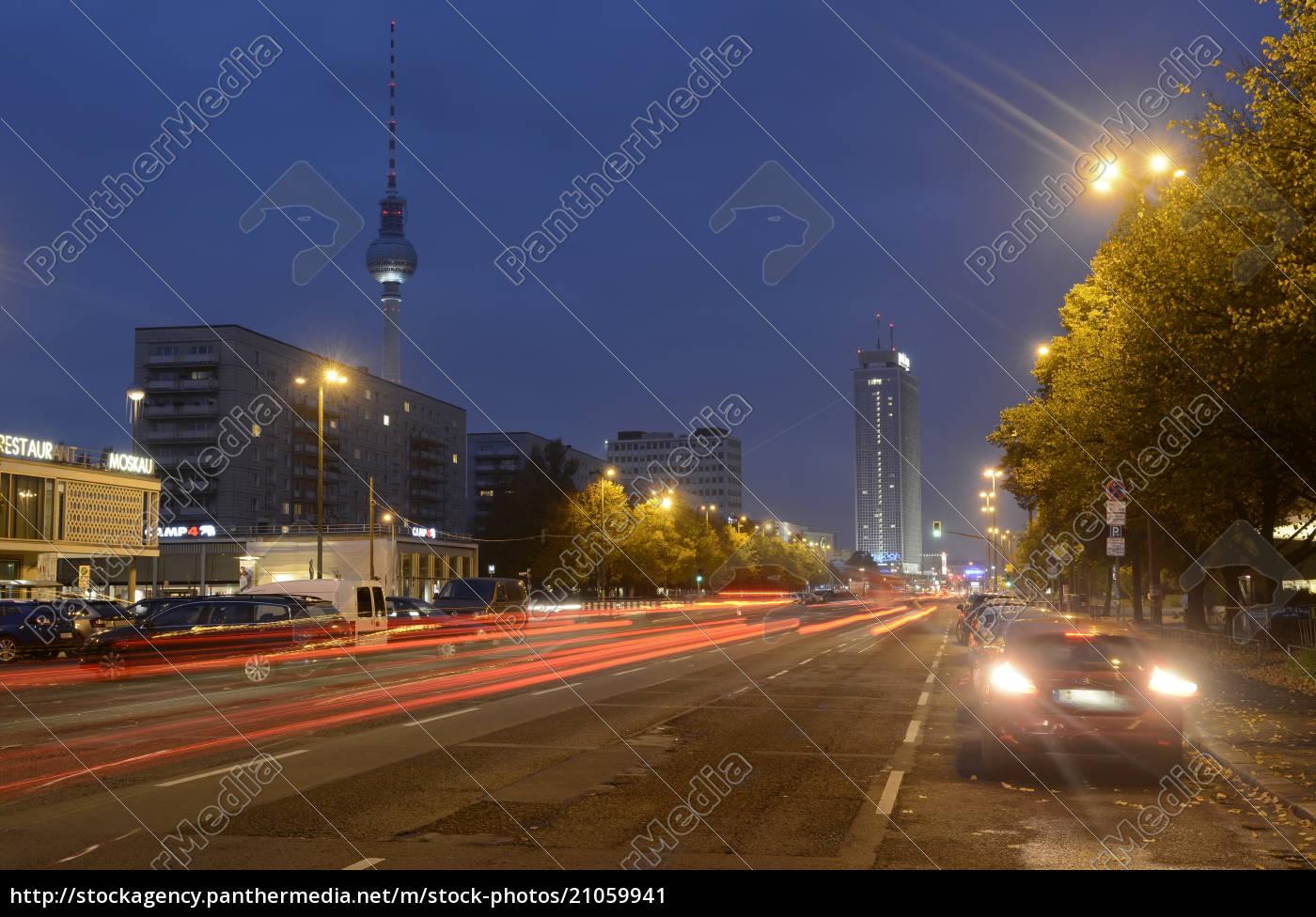 deutschland, berlin, verkehr, auf, der, karl-marx-allee, bei, nacht - 21059941