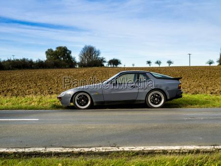 deutschland thueringen sportwagen parkt auf landstrasse
