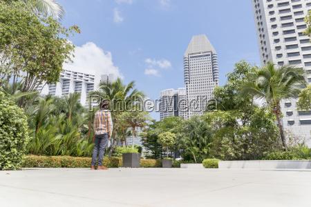 singapur mann steht auf terrasse des