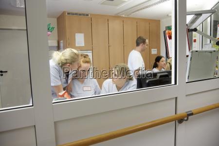 deutschland freiburg krankenschwesterstation im krankenhaus