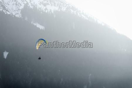 deutschland pfronten gleitschirmflieger vor dem berg