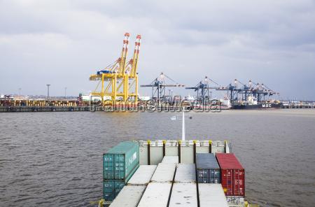 deutschland bremerhaven blick auf den containerhafen