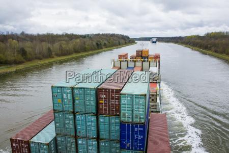 deutschland blick auf containerschiff in der