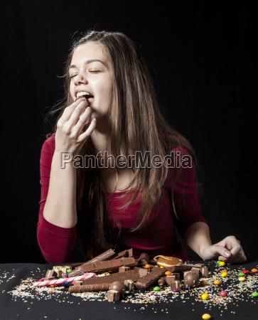 teenager-mädchen, essen, eine, schokolade, ball - 21061893