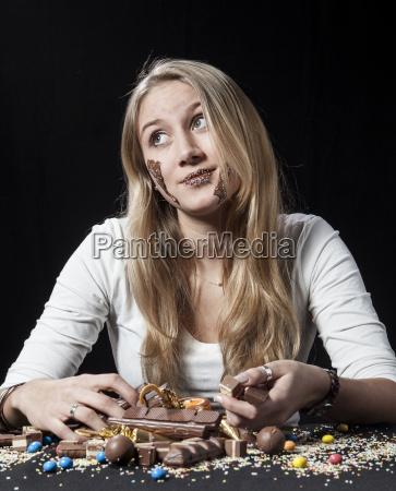 teenager-mädchen, essen, schokolade - 21061875