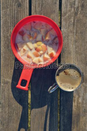 einfaches fruehstueck mit kaffee und muesli