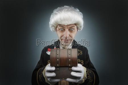 aelterer mann in traditionellen kostuem mit