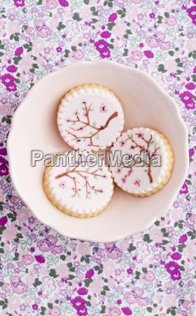 gemalte rosa zucker cookies in schuessel